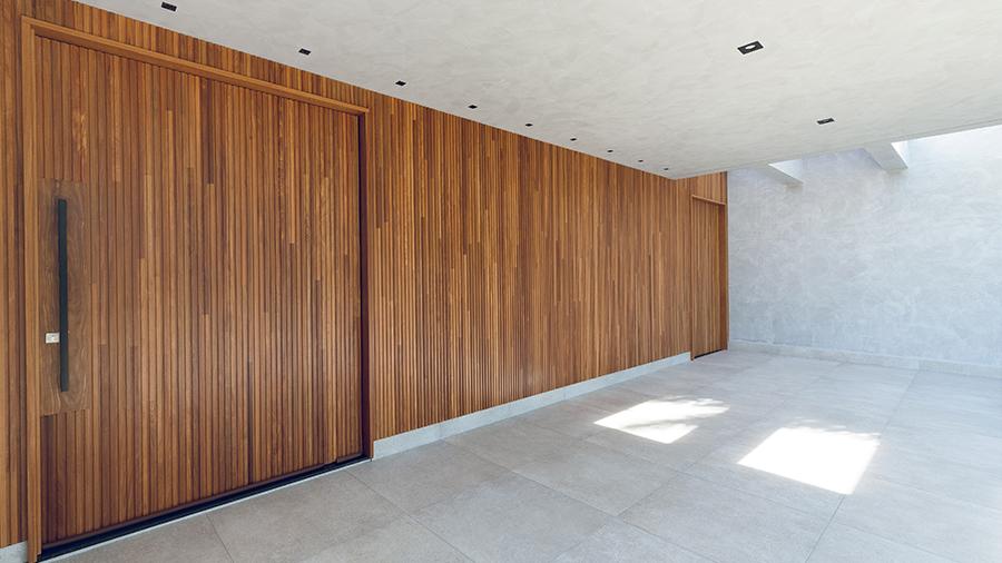 Fachada de residência em madeira com porta de entrada à esquerda